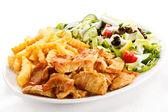 Grilované maso s smažené brambory a zeleninový salát — Stock fotografie