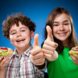 Kids eating sandwiches — Stockfoto