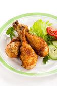 На гриле куриные голени и овощи — Стоковое фото