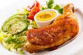 Cuisse de poulet rôti et légumes — Photo