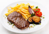 Grilled beefsteak and vegetables — Stock Photo