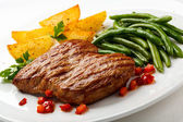 Grilled steak, potatos and green beans — Stock Photo