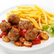 Roasted meatballs, chips and vegetables — Stock Photo