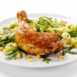 Roasted chicken leg and vegetables — Stockfoto