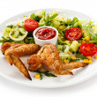 Grilled chicken wings with sauce and  vegetable salad — Stock Photo