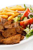 烧烤的肉类与炸的土豆和蔬菜沙拉 — 图库照片