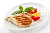 Peitos de frango grelhados e legumes — Fotografia Stock