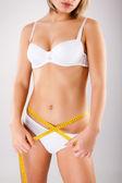 Kvinna mäta hennes kropp — Stockfoto