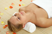 Woman relaxing in spa center — Stockfoto