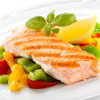 Grilled salmon and vegetables — Stock Photo #33359553