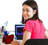 Mladá dívka pomocí přenosného počítače — Stock fotografie