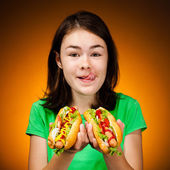 Garota comendo sanduíches grandes — Fotografia Stock