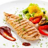 Pechugas de pollo a la brasa y verduras — Foto de Stock