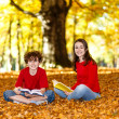 Students reading books outdoor — Foto de Stock