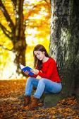 Student reading book — Stock Photo