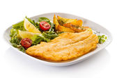 Fish dish - fried fish fillet with baked potatoes and vegetables — Foto de Stock