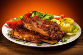 Tasty grilled ribs with vegetables — Zdjęcie stockowe