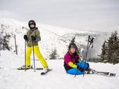 Teenage girl and boy skiing — Stock Photo