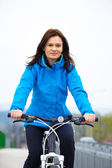 Woman cycling — Stock fotografie