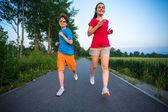 十代の女の子と走っている少年 — ストック写真