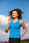 Young woman running — Stockfoto