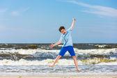 Niño saltando en la playa — Foto de Stock