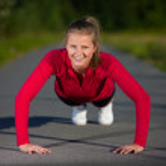 Woman doing push-ups — Stock Photo