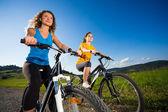 Twee vrouwen fietsen — Stockfoto