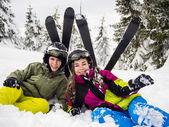 Mädchen und Jungen nach dem Skifahren — Stockfoto