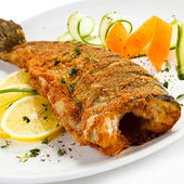 Fried fish and vegetables — Stock Photo