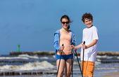 Gençler kumsalda çalışma dışarı — Stok fotoğraf