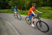 Teenage girl and boy riding bikes — 图库照片