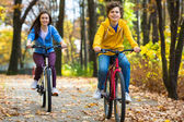 Teens and bikes in city park — Stock Photo