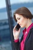 Mulher de negócios com o telemóvel — Fotografia Stock