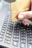Carte de crédit pour le portefeuille femme — Photo