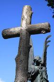 Krucyfiks i pomnik za — Zdjęcie stockowe