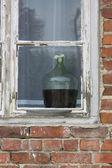 Penceredeki kırmızı şarap — Stok fotoğraf