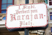 Straat teken aan beroemde wenen herbert von karajan platz in wenen — Stockfoto