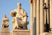 Standbeeld van gaius sallustius crispus tegenover oostenrijk parlement in wenen, een — Stockfoto
