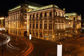 The Vienna Opera house at night in Vienna, Austria — Stock fotografie