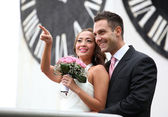 Young wedding couple showing — Stockfoto