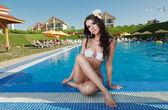 Het mooie meisje in pool — Stockfoto