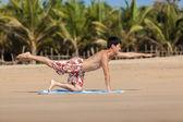 在海滩上瑜伽按职业 — 图库照片
