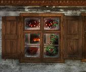 木製キャビン窓を通して見たクリスマス ライト — ストック写真