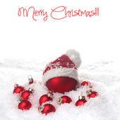 Röda julgranskulor i snön — Stockfoto