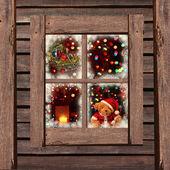 Luzes de natal vistas através de uma janela de cabine de madeira — Foto Stock