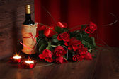 Red background of wine and valentine roses — Stock Photo