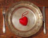 Réglage de la table pour la Saint-Valentin. assiette, fourchette, couteau et rouge entendre — Photo