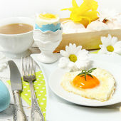 Easter table setting with flowers and eggs on old wooden table — Foto Stock