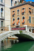 Venedig, brücke aus stein und backstein haus — Stockfoto
